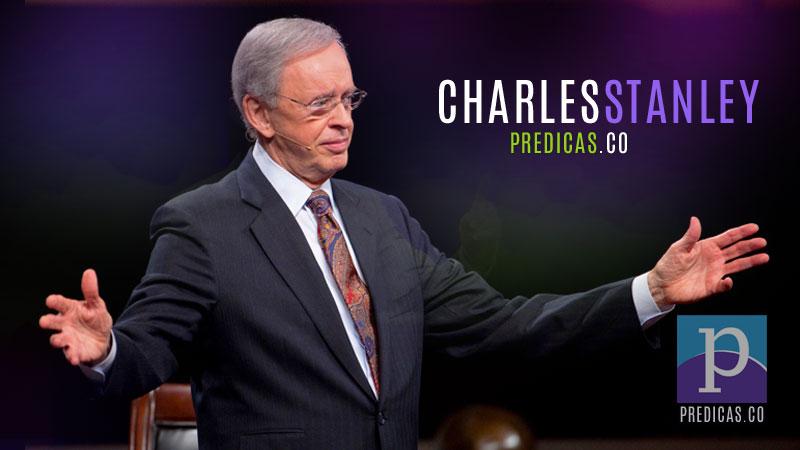 El Pastor Charles Stanley predicando su sermon en su programa de TV En Contacto