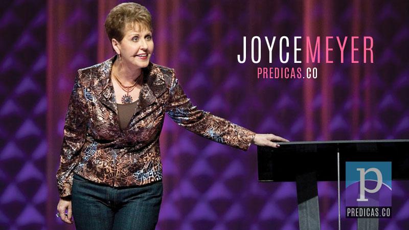 Joyce Meyer predicando en su iglesia
