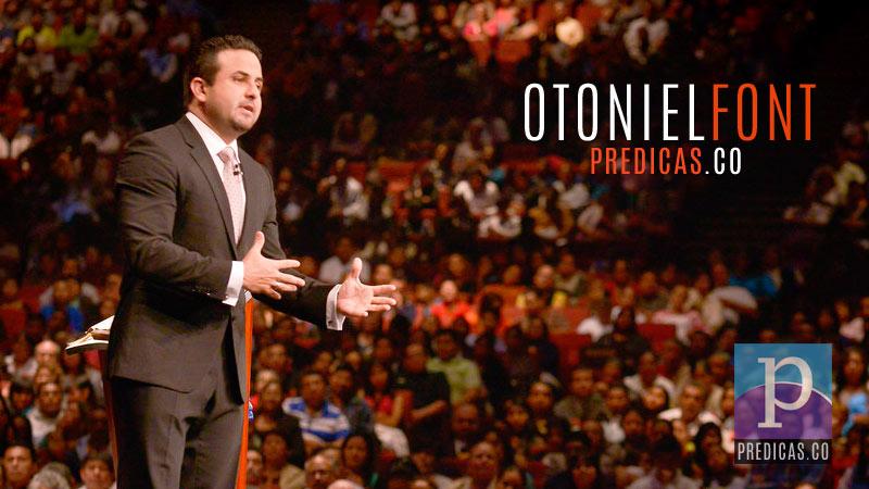 Pastor Otoniel Font predicando el sermon en la iglesia