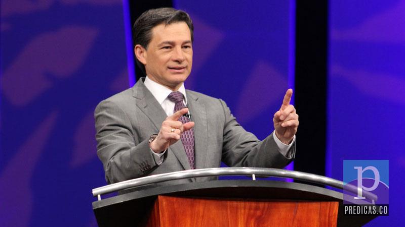 El Pastor Cash Luna Predicando en Casa de Dios