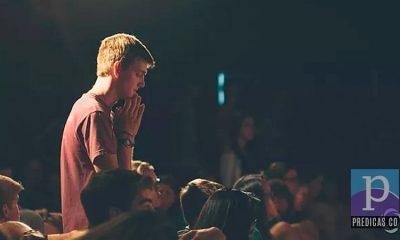 Joven cristiano consagrado a su crecimiento espiritual