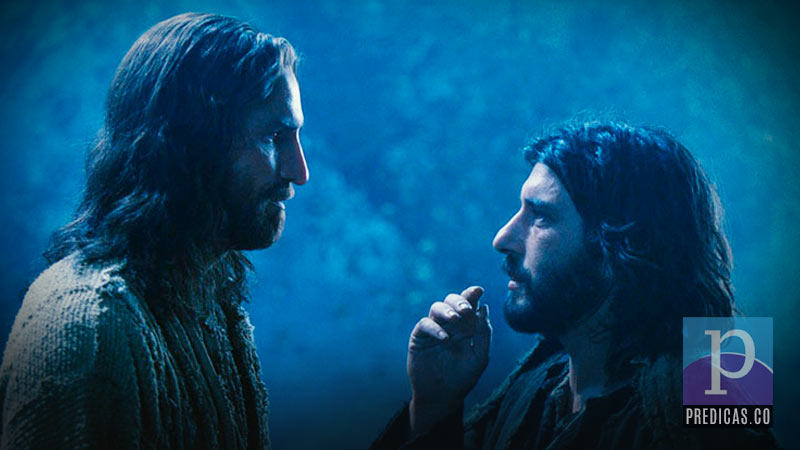 Judas traiciona a Jesús con un beso en la mejilla