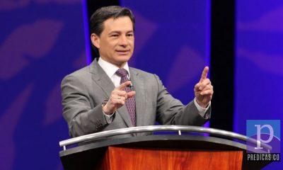 El Pastor Cash Luna predicando en su congregacion